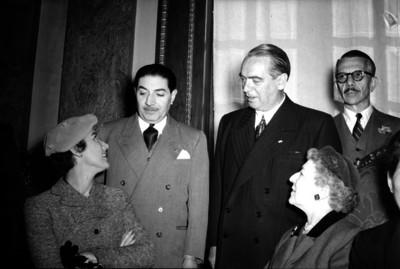 William O'Dwyer u diplomático conversando con sus respectivas esposas, durante un evento en un salón