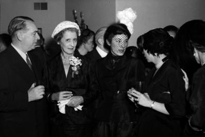 William O'Dwyer y esposa, conversando con varias mujeres, durante un evento social, en un salón