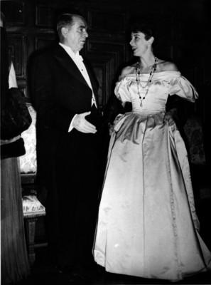 William O'Dwyer nuevo embajador de Estados Unidos en México, con su esposa en un salón