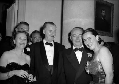 William O'Dwyer conviviendo con varias personas, durante un evento social, en un salón