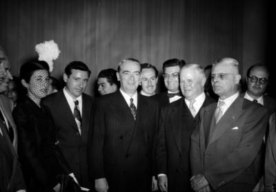 William O'Dwyer acompañado por diplomáticos en un salón