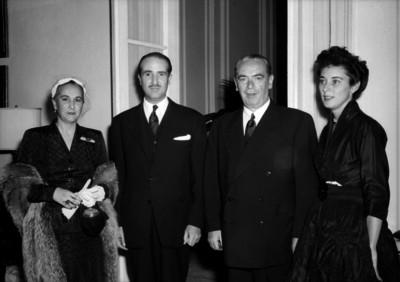 William O'Dwyer y diplomático acompañados por sus respectivas esposas, en un salón