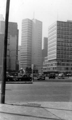 Automóviles circulan por una avenida