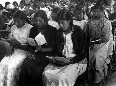 Mujeres toman clase durante campaña de alfabetización