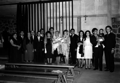 Jorge O'farril, empresario con familiares y amigos tomandose una foto en el bautizo de su hijo, retrato de grupo