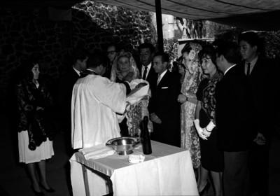 Jorge O'farril, empresario con familiares y amigos reciben la bendición del sacerdote durante el bautizo de su hijo