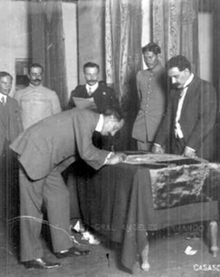 Felipe Ángeles firma la bandera de la Convención de Aguascalientes