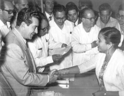 Adolfo López Mateos recibe saludos en audiencia durante su campaña electoral