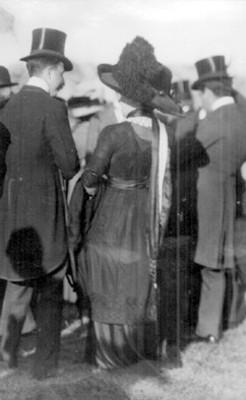 Mujer con hombres durante evento social