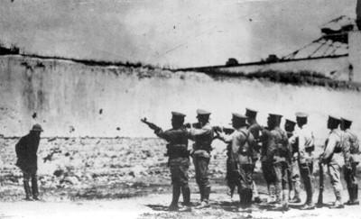 El general Alfredo Rueda Quijano en los momentos de recibir las descargas del pelotón que lo fusiló en la Escuela de Tiro