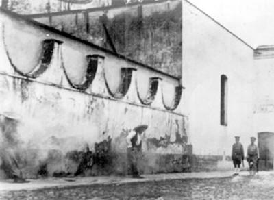 El general Manuel Reyes y su secretario en los momento de recibir la descarga durante su fusilamiento