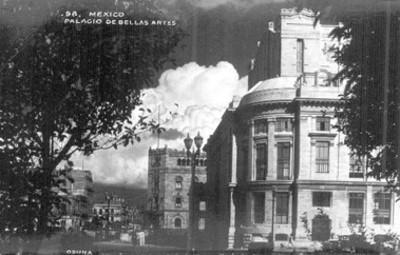 """""""Palacio de Bellas Artes""""; vista de la fachada trasera hacia la avenida de Hidalgo; también se capto el edificio de correos"""