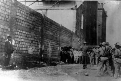 Fortino Sámana en el momento de recibir la descarga durante su fusilamiento