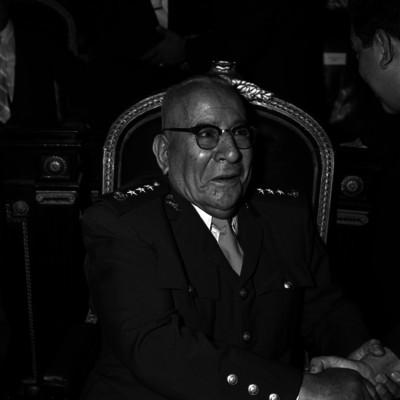 Agustín Olochea Avilés, es saludado por un diputado en la Camara de Legisladores