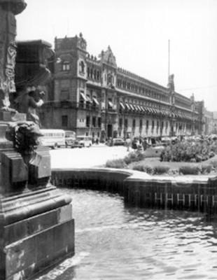 Fuente a un costado de la Catedral de México y Palacio Nacional