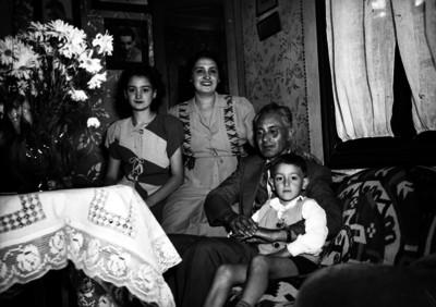 Genaro Olivares con su familia en la sala de su casa, retrato de familia