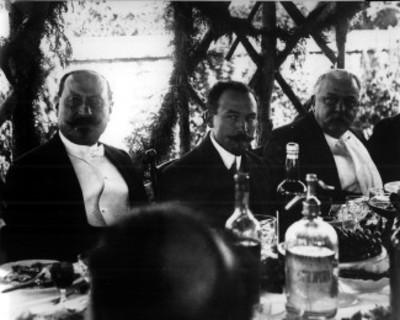 Funcionarios durante un banquete