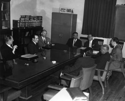 Hombres reunidos en sala de juntas
