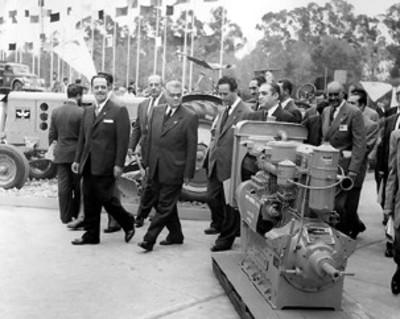 Gilberto Loyo y empresarios observan motor industrial Diesel durante exposición
