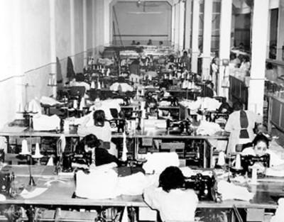 Obreras cociendo a máquina en fábrica textil