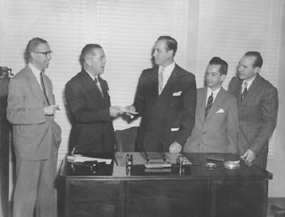 Don Marcelino Rivera recibe un documento