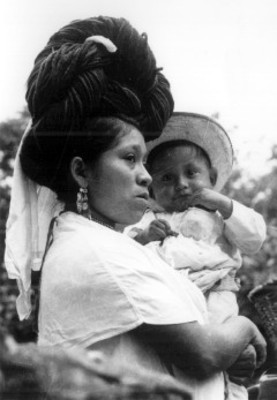 Mujer Náhua con un niño cargado, retrato