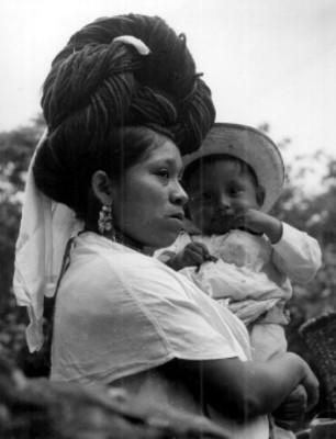 Mujer nahua carga a niño, retrato