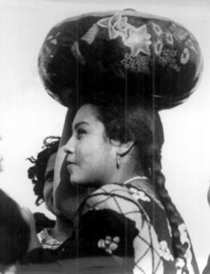 Mujer zapoteca con cántaro sobre l cabeza, retrato