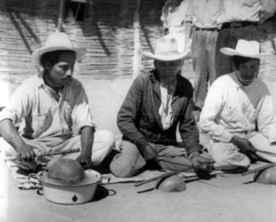Hombres Yaquis tocan música
