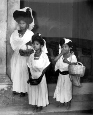 Mujer y niñas náhuas, retrato