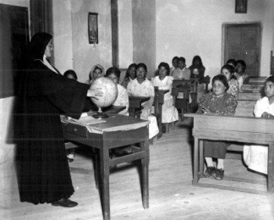 Niñas tarahumaras durante clases