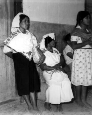 Mujeres náhuas junto a muro