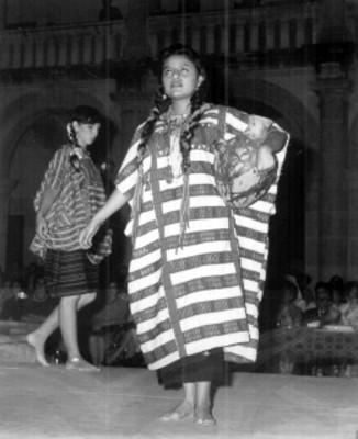 Mujeres modelan trajes regionales durante evento social