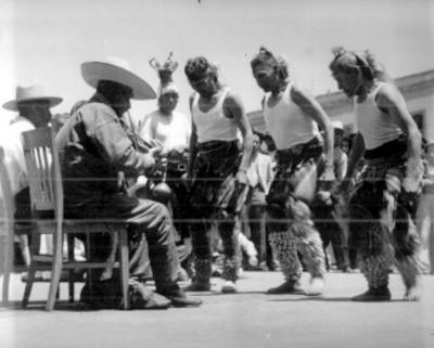 Yaquis realizan danza en una calle