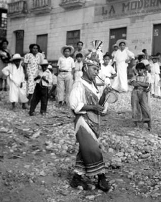 Indios totonaco interpreta danza en una calle