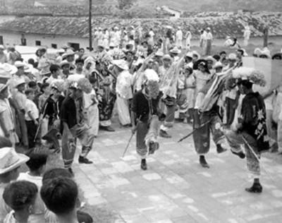 Adolescentes y niños interpretan danza totonaca