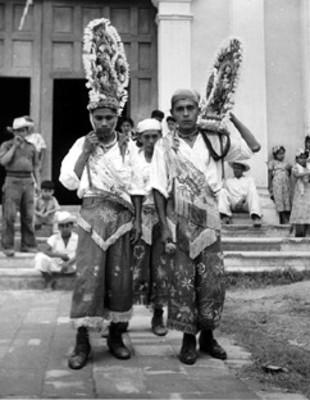 Hombres totonacos afuera de una iglesia