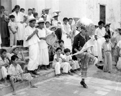 Adolescente totonaca danza en una calle