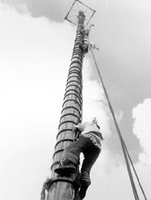 Hombres totonacas escalan tronco para la danza de los Voladores de Papantla