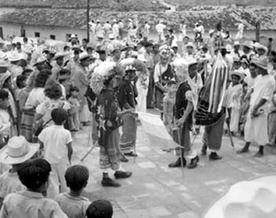 Totonacas interpretan danza en una explanada