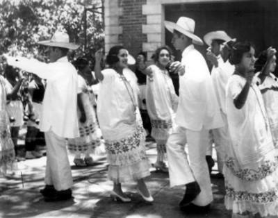 Estudiantes de la escuela de las Vizcainas interpretan baile yucateco