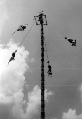 Voladores de Papantla, dan exhibición