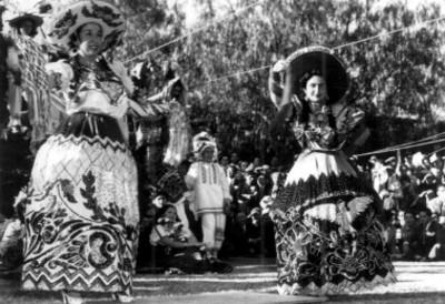 Mujeres vestidas de chinas poblanas durante evento artístico