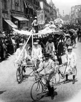 Desfile de carros adornados con flores