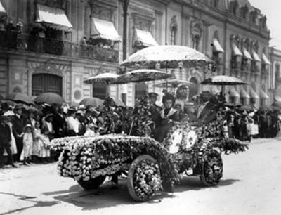 Automóvil adornado durante un desfile de fiesta de Primavera