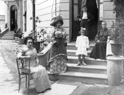 Dama con niños en la entrada de su casa, retrato de grupo
