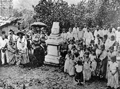 Grupo de personas entorno al monumento levantado en el lugar donde nació Benito Juárez durante una ceremonia