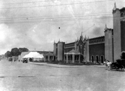 Kioskos y edificio público, vista parcial