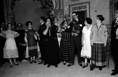 """Leopoldo Ortin, """"Chato"""" con otros actores actuando en una obra de comedia"""