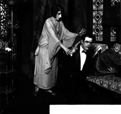 """Leopoldo Ortin """"Chato"""" escenificando un suicidio en la presentación de una obra de comedia"""
